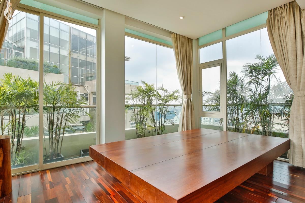 Phảng ngủ là tấm gỗ nguyên khối sang trọng Penthouse hướng Nam Sapphire 1 Sài Gòn Pearl