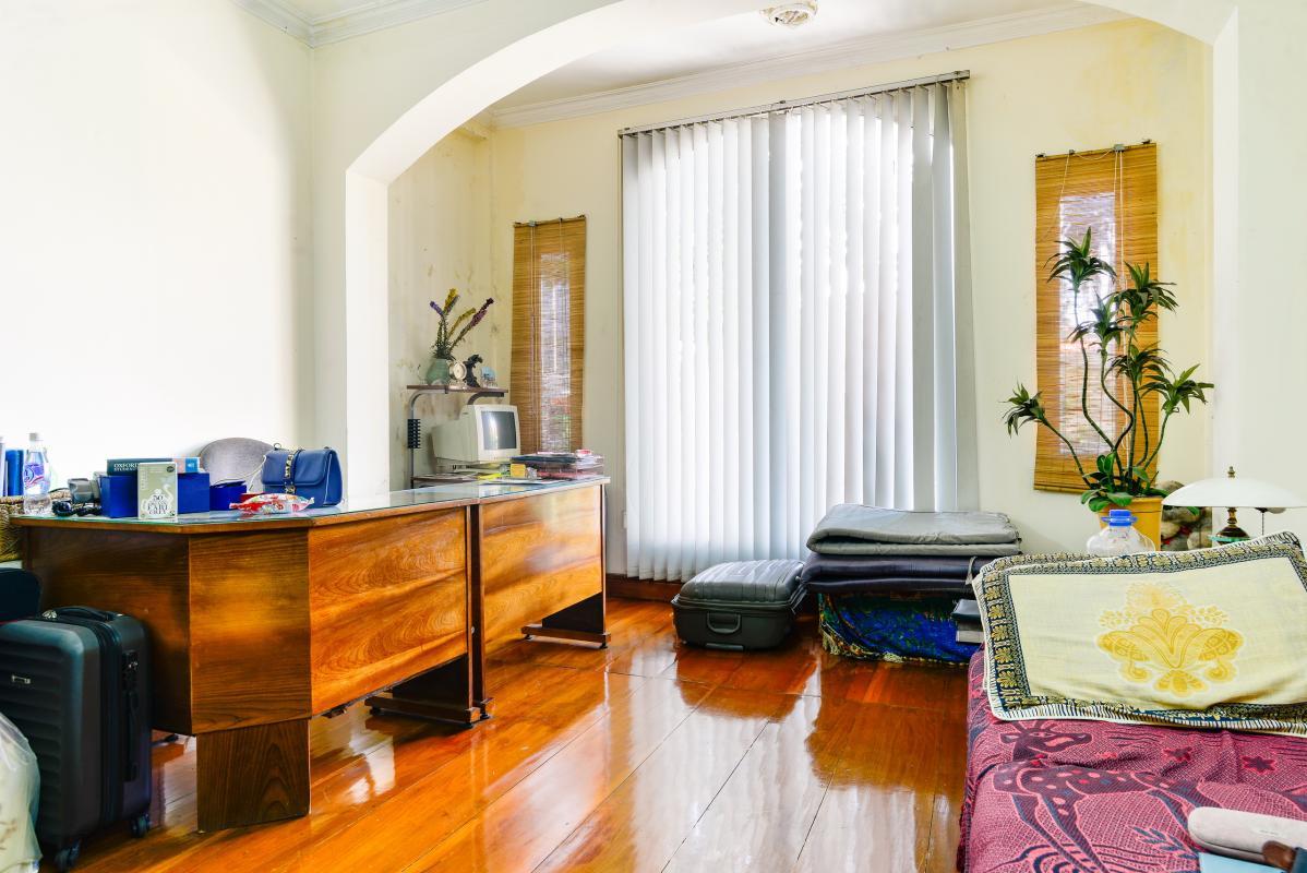 Phòng khách ở tầng lầu với sàn gỗ và nội thất cao cấp Nhà 4 tầng mặt tiền Pasteur