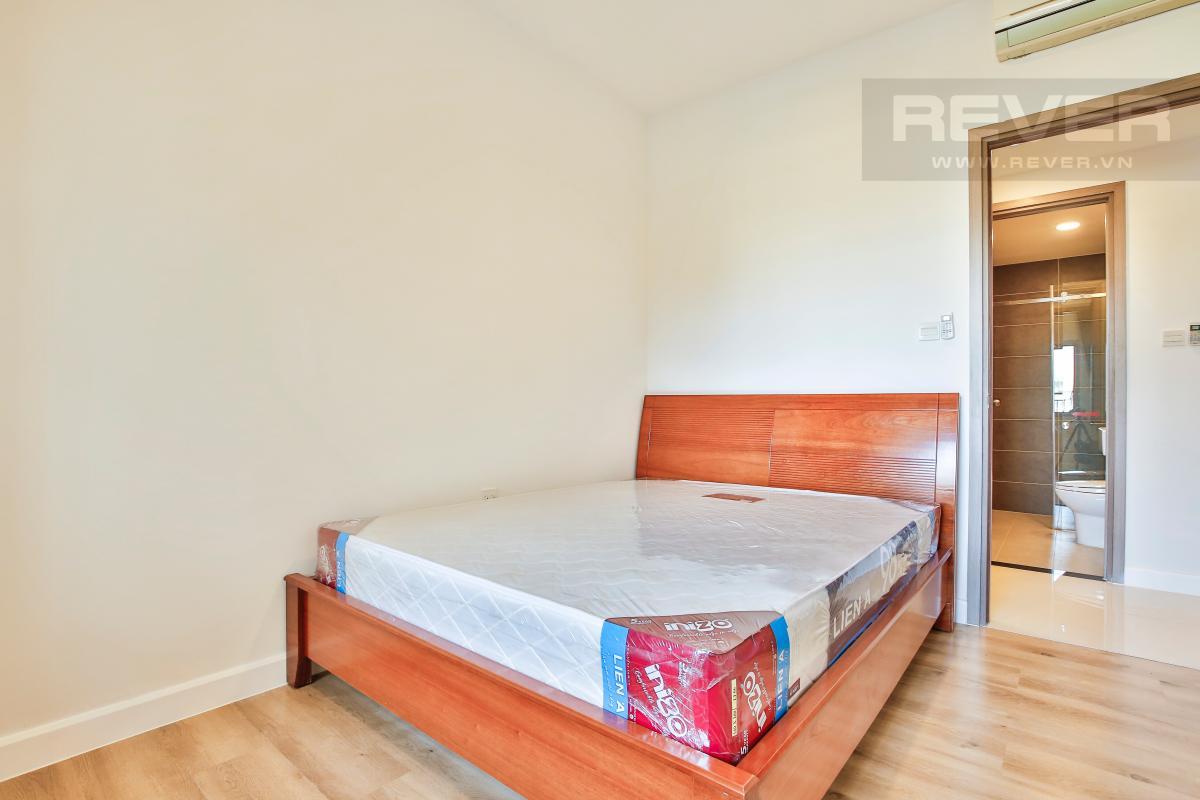 Giường ngủ trong phòng ngủ ngay ban công Căn góc hướng Tây Bắc tòa nhà Icon 56