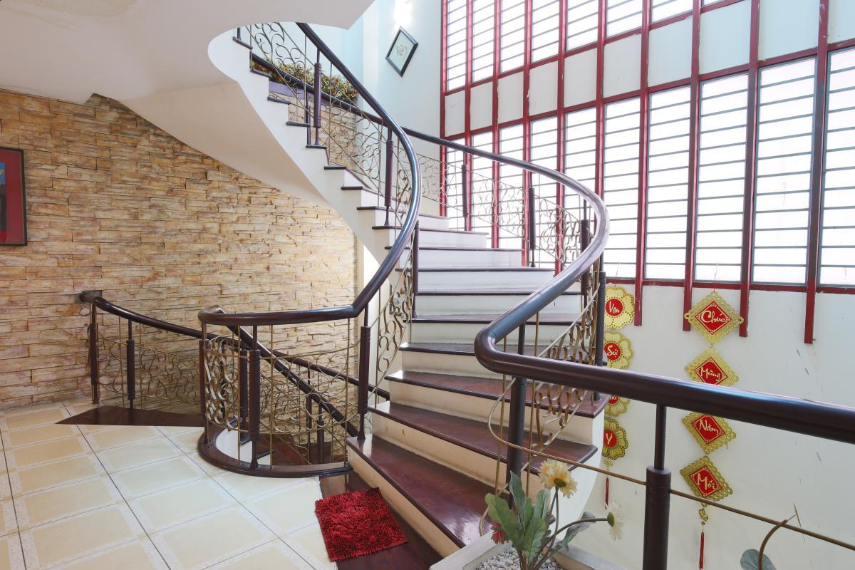 Cầu thang Nhà 3,5 tầng hẻm Phan Xích Long Phú Nhuận
