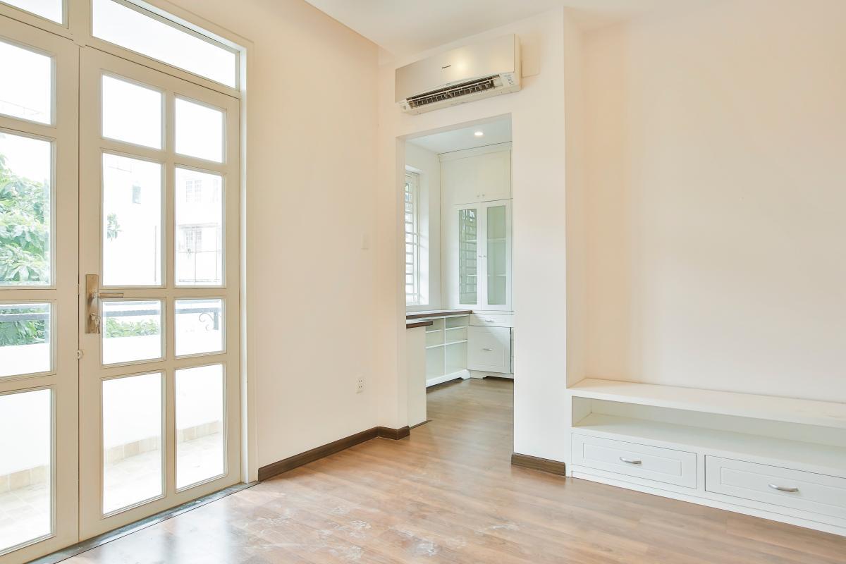 Phòng ngủ lát sàn gỗ, tủ kệ thấp Villa 3 tầng Lương Định Của Thủ Thiêm