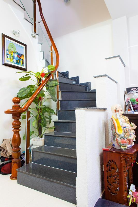 Cầu thang Nhà 3 tầng hẻm Bùi Văn Thêm Phú Nhuận