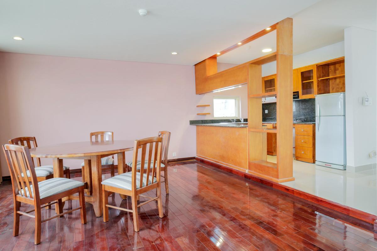 Bàn ăn nhìn vào phòng bếp Villa mini Nguyễn Văn Hưởng