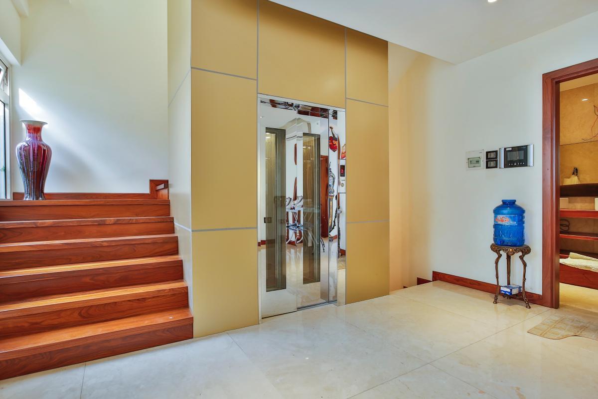 Thang máy và cầu thang bộ lát gỗ Penthouse hướng Nam Sapphire 1 Sài Gòn Pearl