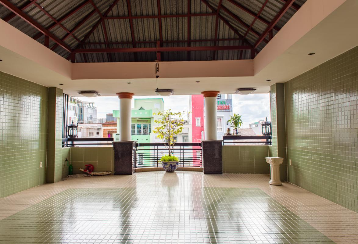 Tầng thượng view nội khu Nhà phố Nguyễn Văn Dung 4 tầng kiên cố