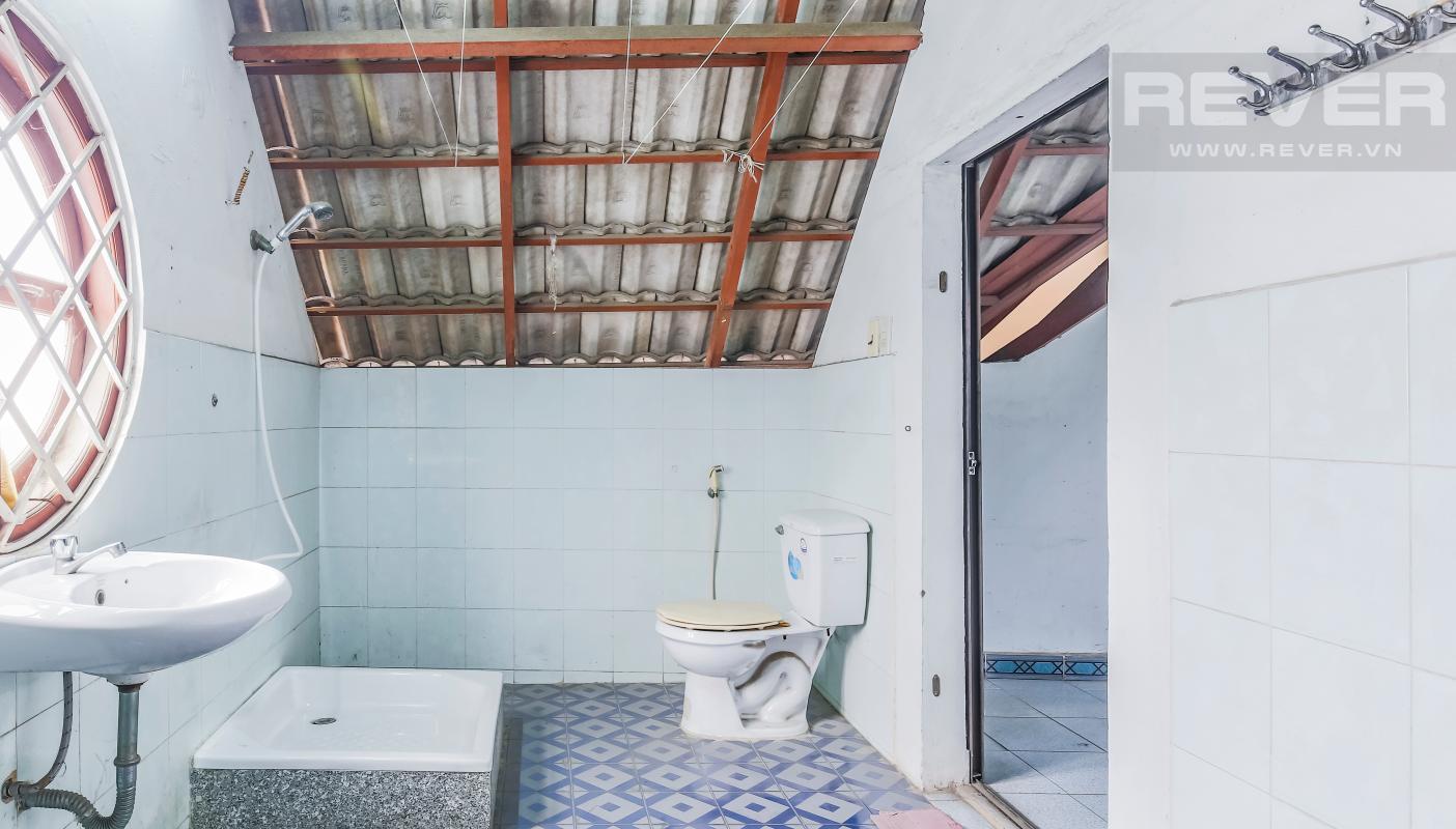 Phòng tắm tầng áp mái Villa 3 tầng Đường số 12 Trần Não