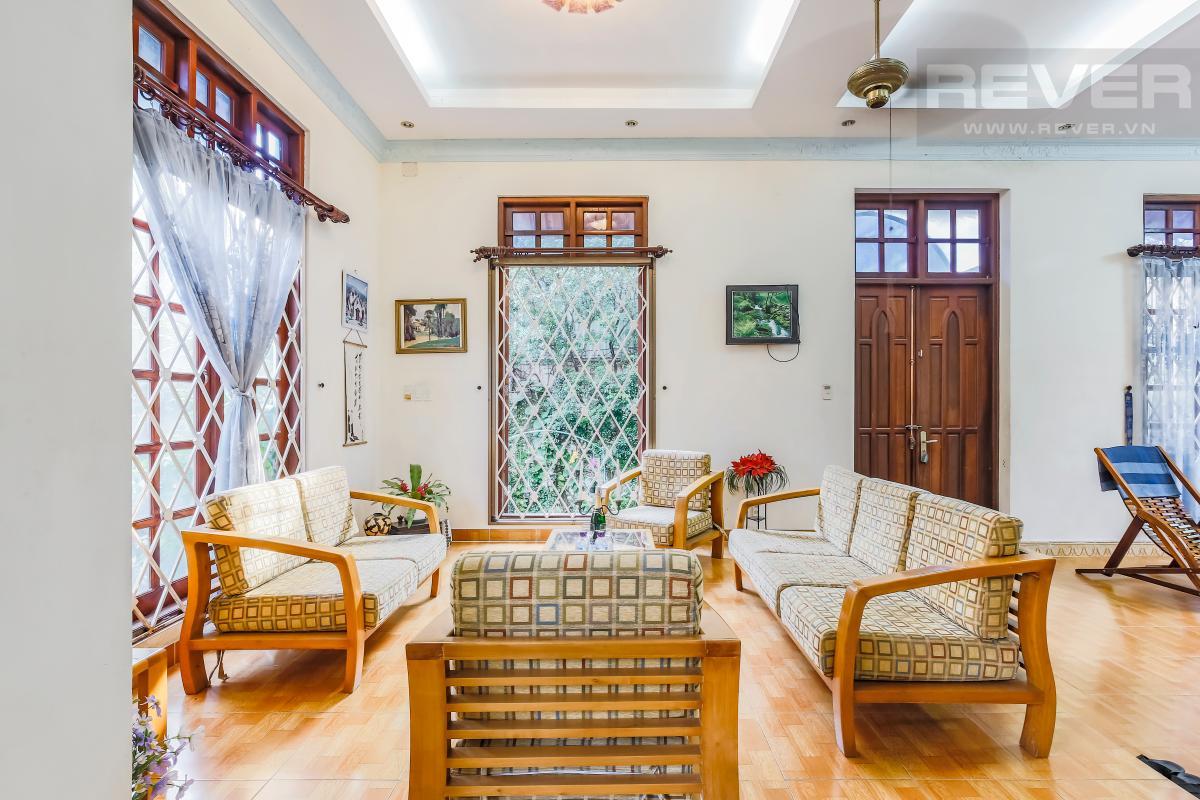 Phòng khách được xây dựng nâng sàn Villa 3 tầng Đường số 12 Trần Não