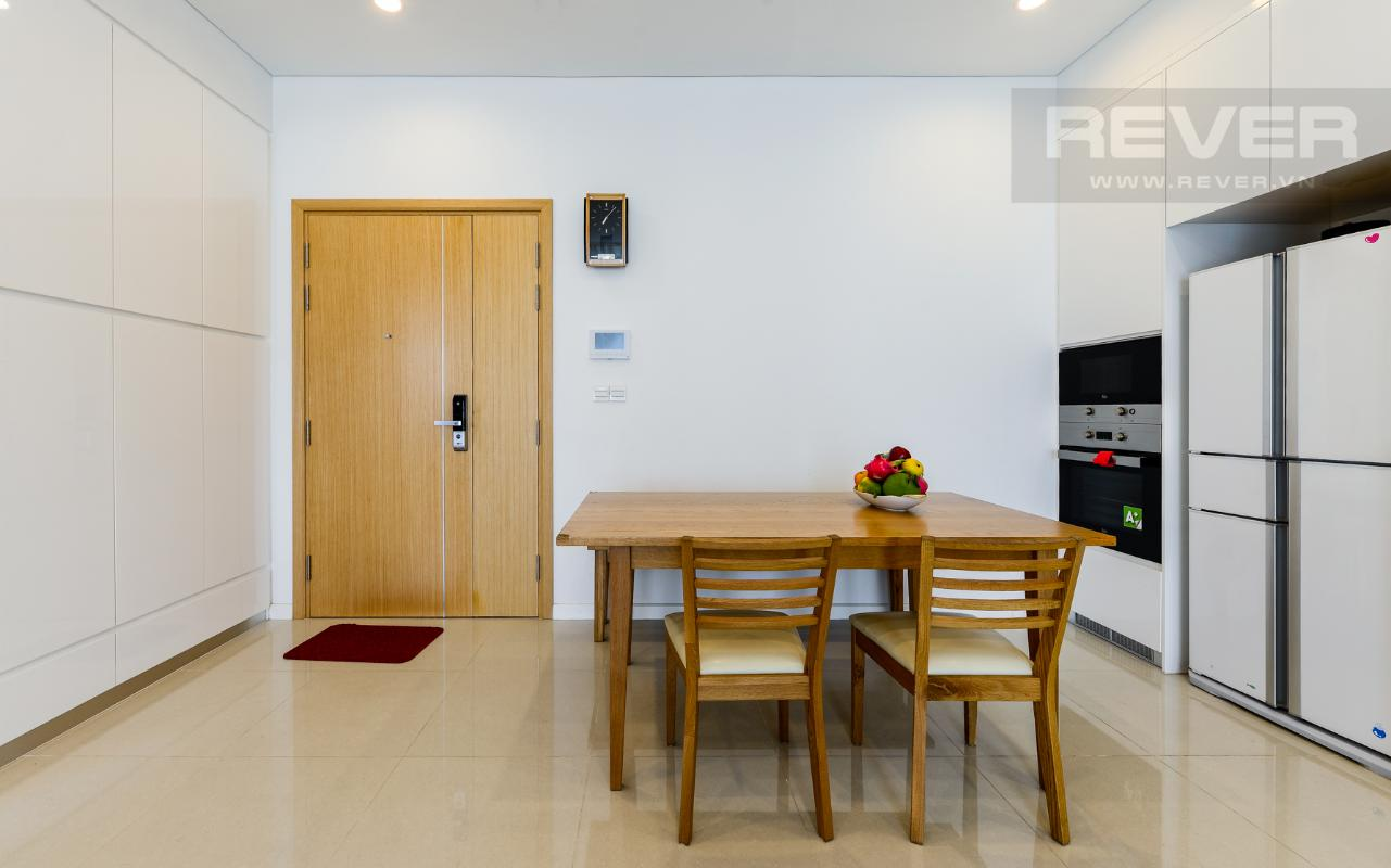 Bàn ăn nằm gọn gàng trong không gian thoáng đãng của khu bếp gần cửa Căn hộ A1 Sarimi hai phòng ngủ, nhìn về trung tâm thành phố