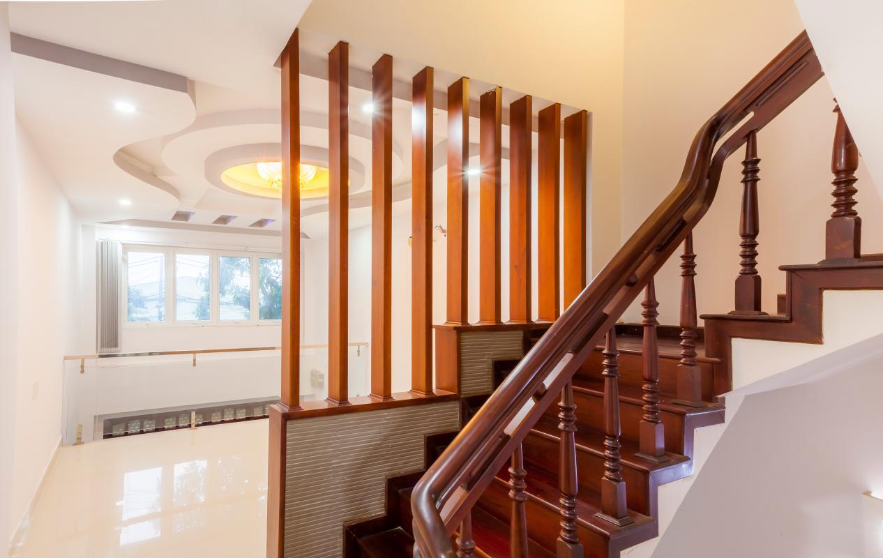 Cầu thang gỗ Nhà 5 tầng hướng Tây mặt tiền  Trần Văn Dư Tân Bình