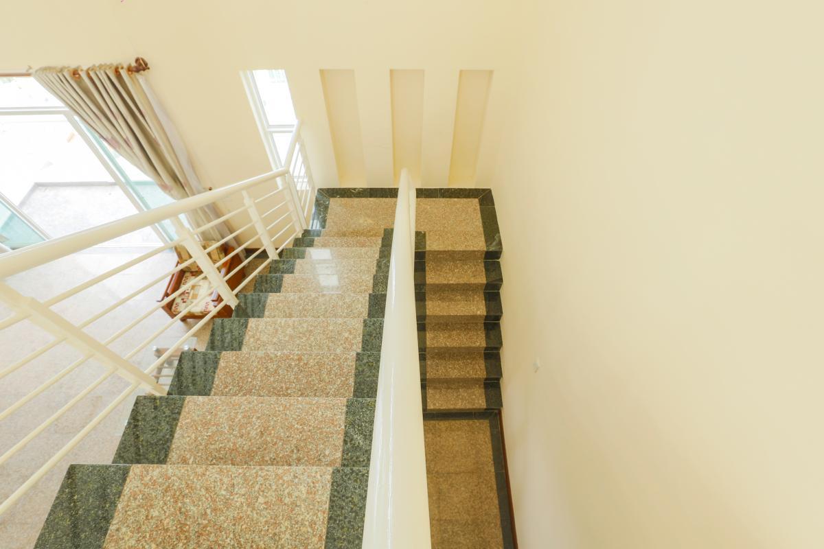 Cầu thang Penthouse 4 phòng ngủ D1 The New Saigon