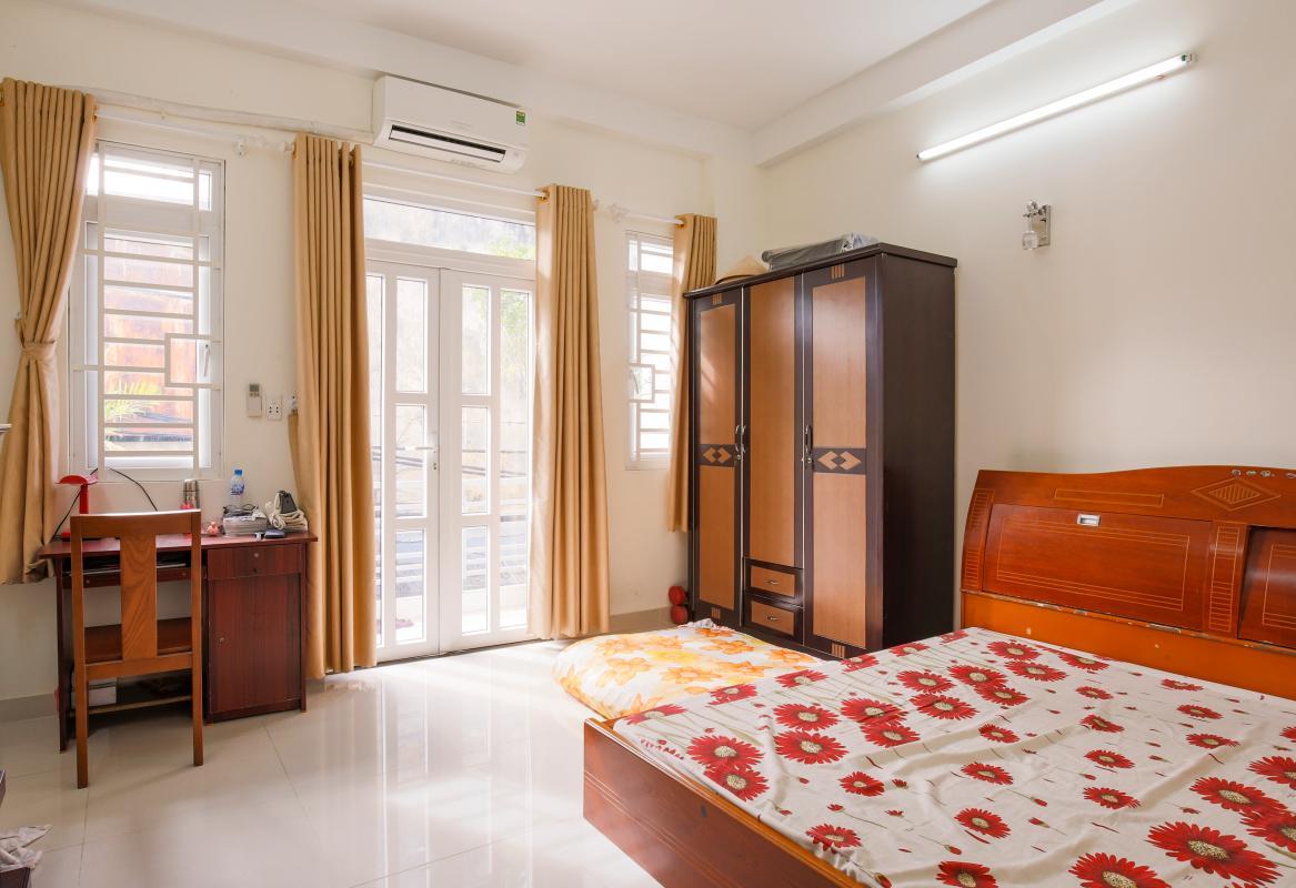 Phòng ngủ chính với đầy đủ nội thất Nhà phố Nguyễn Khoái 4 tầng kiên cố