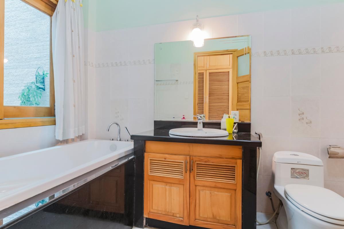 Phòng tắm 2 Nhà 3 tầng mặt tiền Phạm Cự Lượng Tân Bình