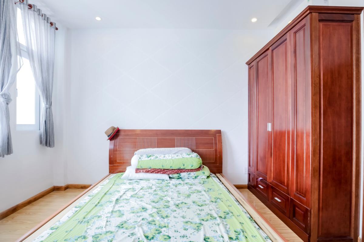 Phòng ngủ 1 nổi bật với sắc màu gỗ tự nhiên. Nhà 4 tầng mặt tiền đường Số 11 Tân Kiểng quận 7