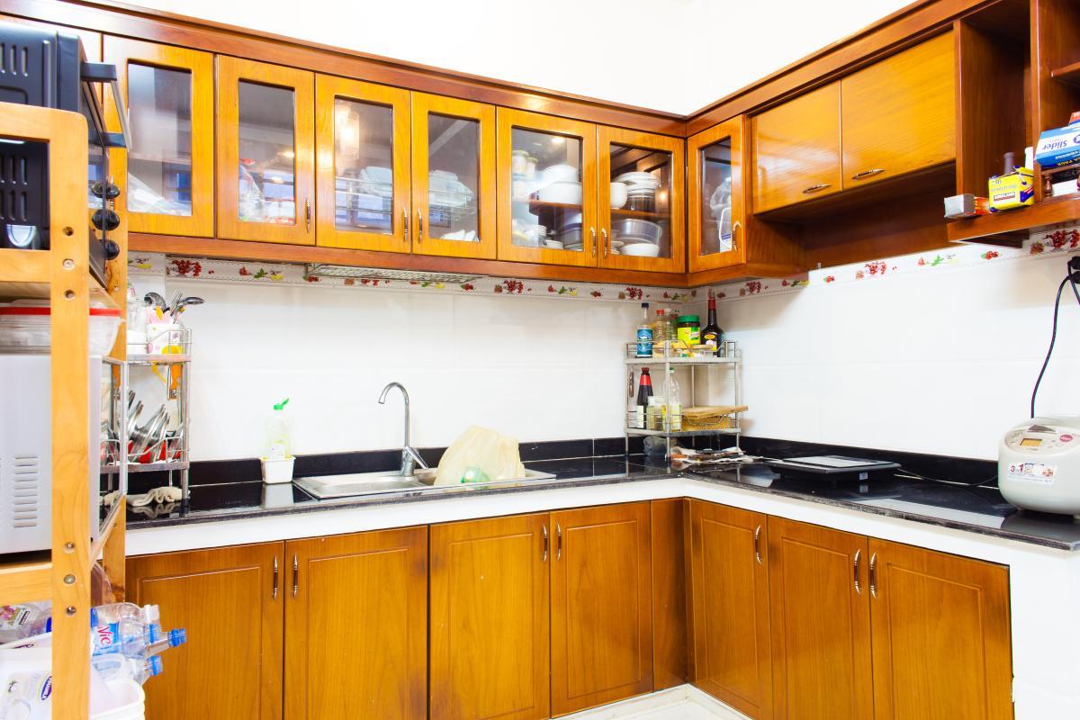 Phòng bếp với tủ kệ bếp gỗ Nhà 3 tầng hẻm Bùi Văn Thêm quận Phú Nhuận