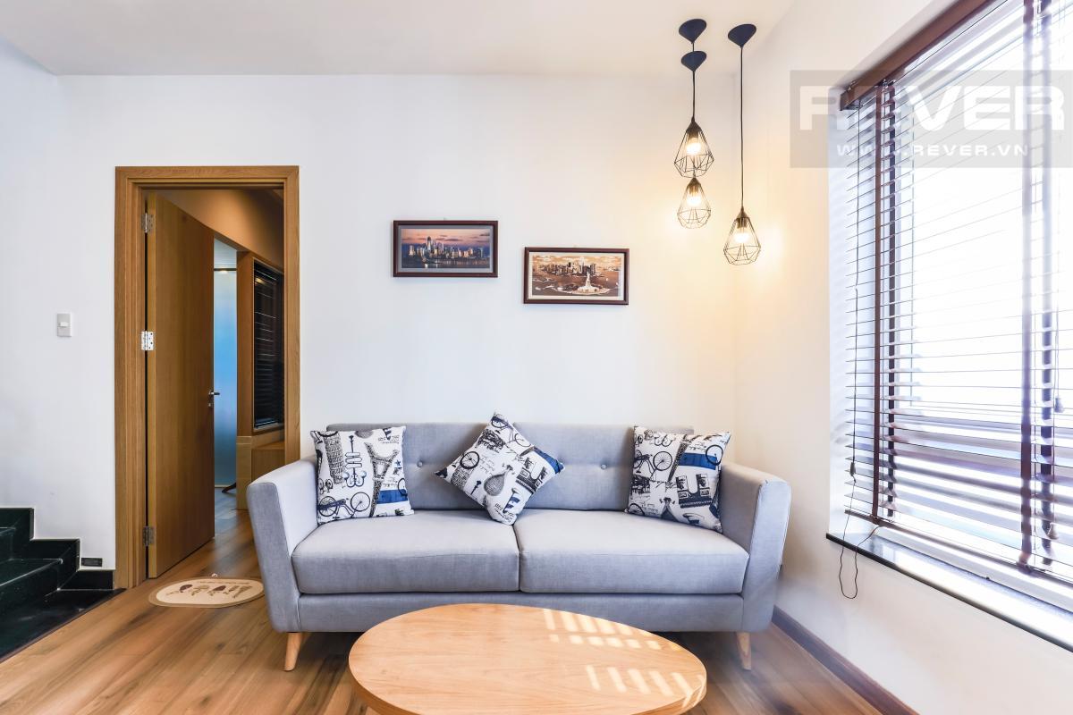 Ghế sofa thư giãn ở hành lang tầng 1 Villa Melosa Garden hướng Bắc, 3 tầng hiện đại