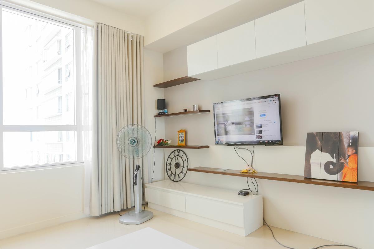 Hệ thống kệ TV đơn giản mà tinh tế Căn góc Sunrise City tầng cao tháp V4 hướng Tây Nam, 3 phòng ngủ