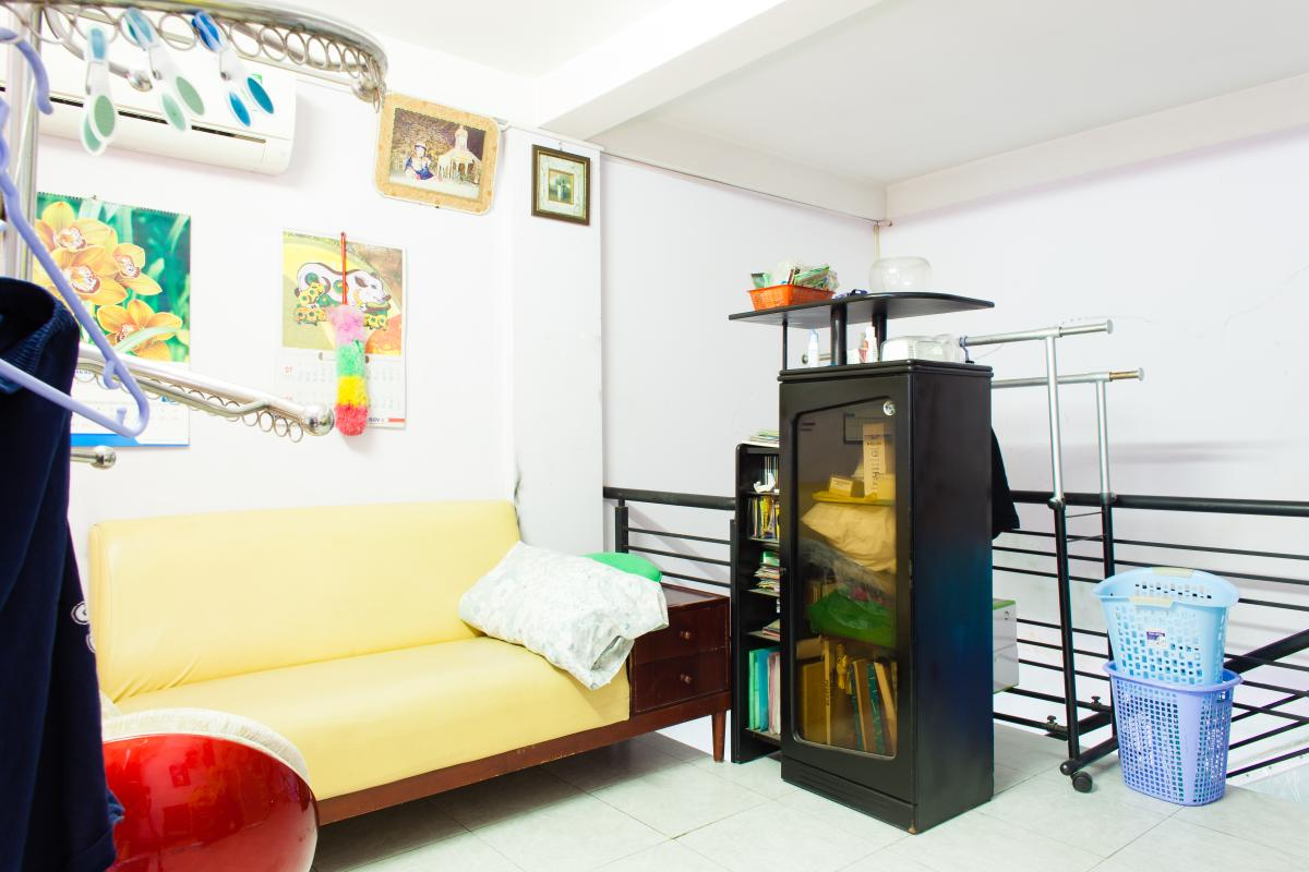 Phòng khách ngay lối cầu thang Căn hộ 2 mặt tiền lô D chung cư Hùng Vương