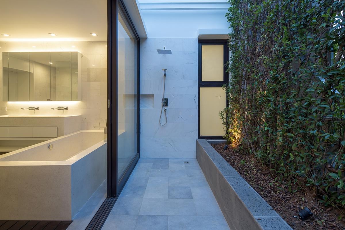 Sân vườn phía sau phòng tắm Villa Lily Thảo Điền Compound