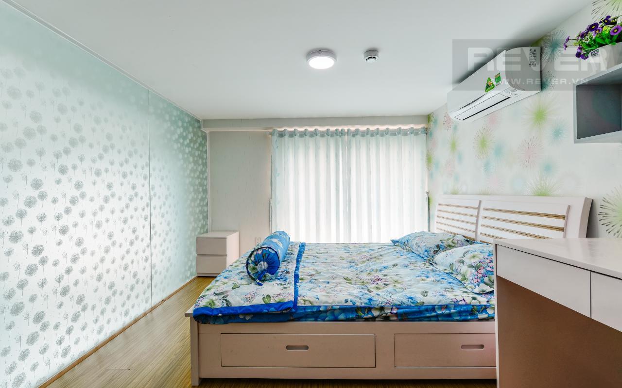 Tường kính được sử dụng ở phòng ngủ tầng lửng Lofthouse tầng cao hướng Đông tháp B La Astoria