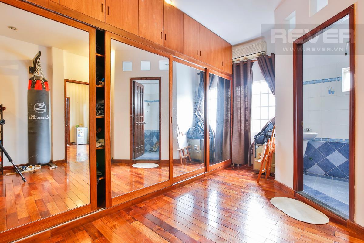Phòng thay đồ với sàn gỗ Nhà 3 tầng Nguyễn Văn Đậu