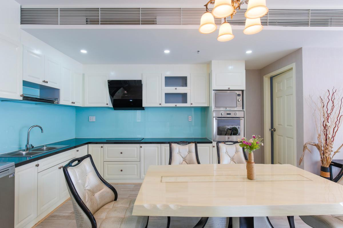 Khu vực bếp với đầy đủ nội thất. Căn góc tầng cao Tower 3 Brilliant