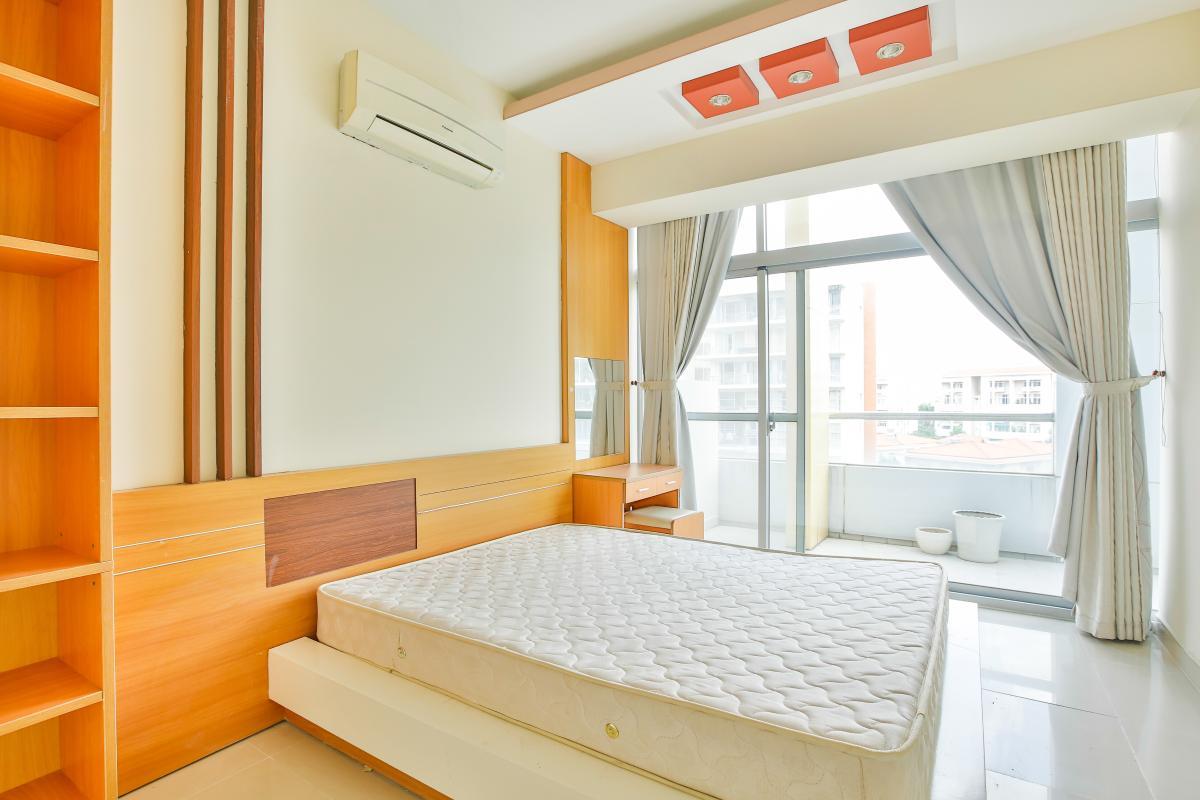 Phòng ngủ chính với ban công Căn hộ trung tầng 3A Garden Court 1