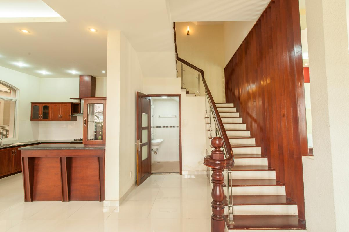 Lối cầu thang với phòng tắm tầng trệt Villa 3 tầng Mỹ Thái 3