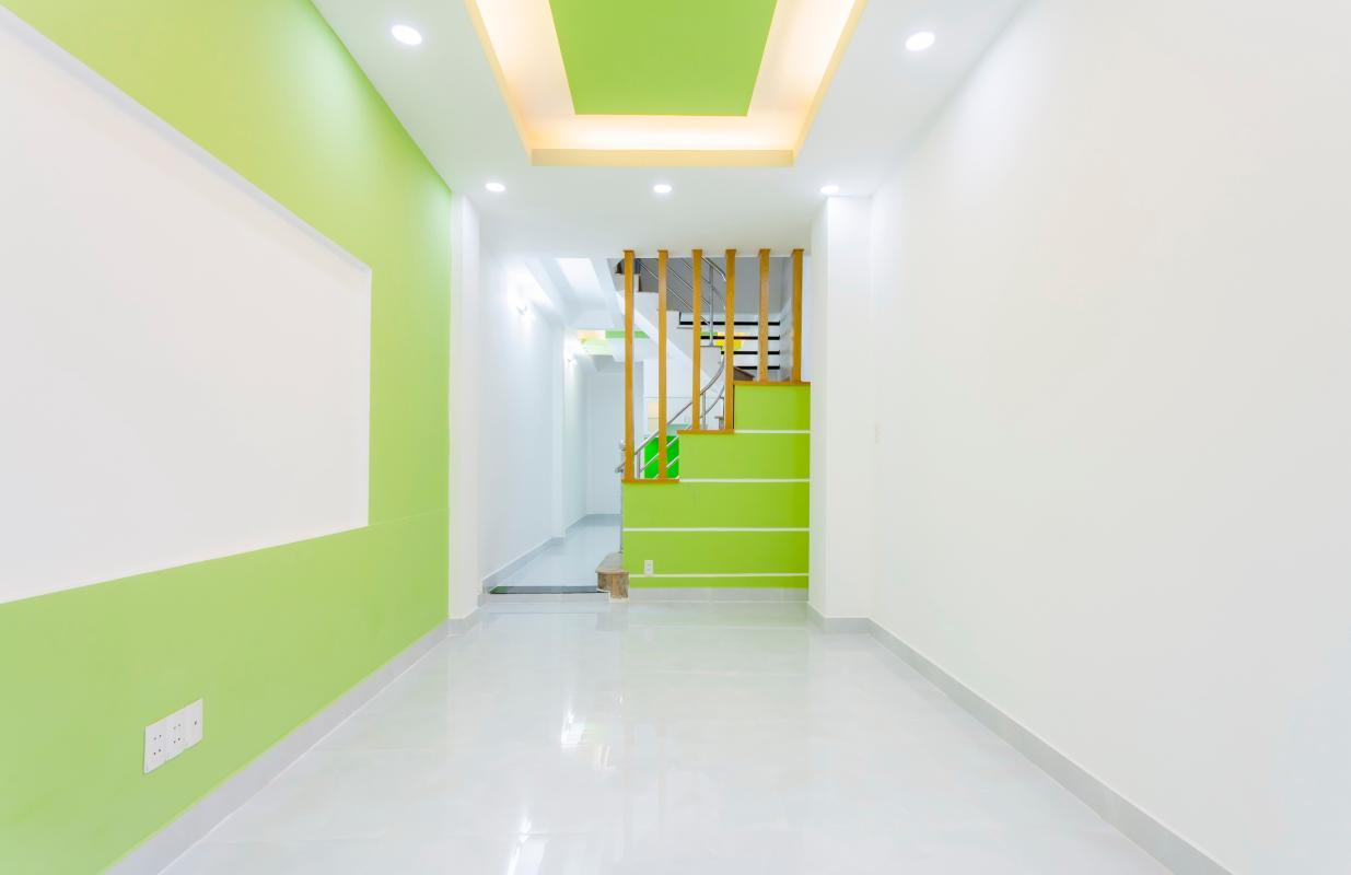 Phòng khách Nhà 4 tầng hẻm Phan Xích Long hướng Đông Nam thoáng mát