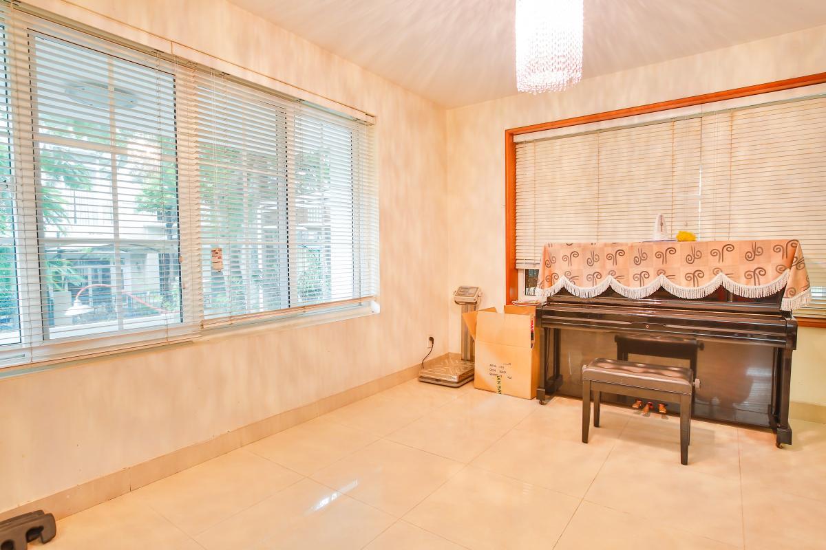 Phòng giải trí có đàn Piano Villa sân vườn Nam Thông 3