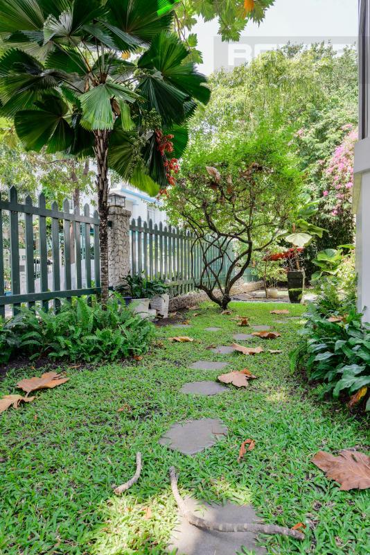 Sân vườn ở mặt hông của villa Villa 2 tầng có sân vườn hướng Đông Bắc Hưng Thái 2