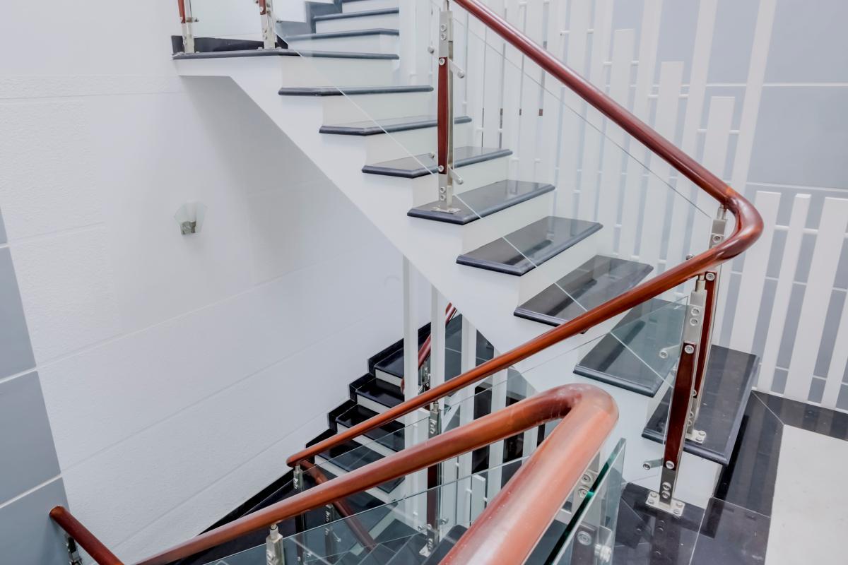 Cầu thang được xây dựng hiện đại với tay vịnh gỗ, thành cầu thang bằng kính Nhà 4 tầng mặt tiền đường Số 11 Tân Kiểng quận 7