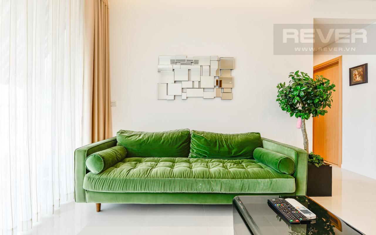 Ghế sofa dài nổi bật với màu xanh lá Căn hộ A1 Sarimi hai phòng ngủ, nhìn về trung tâm thành phố