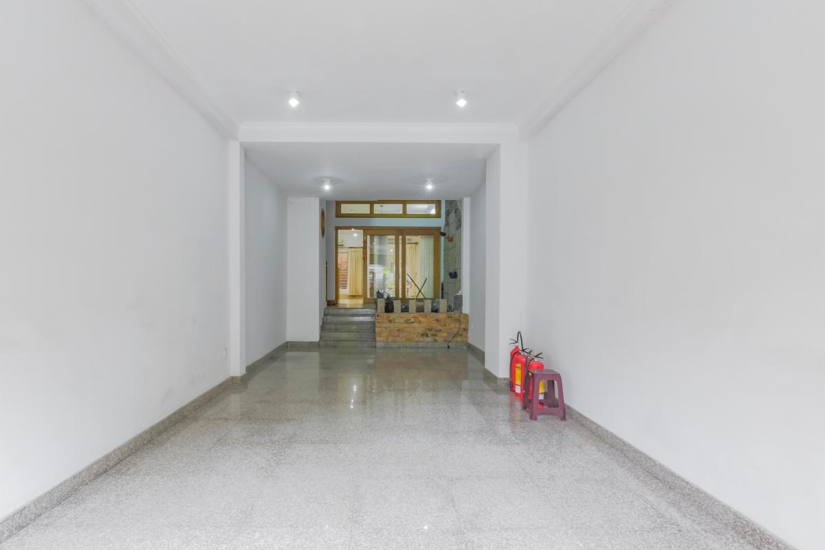 Phòng trước rất rộng rãi có thể làm phòng tiếp khách và nhà để xe Nhà 3 tầng mặt tiền Phạm Cự Lượng Tân Bình