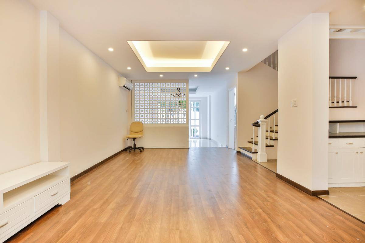 Phòng khách lát sàn gỗ. Villa 3 tầng Lương Định Của Thủ Thiêm