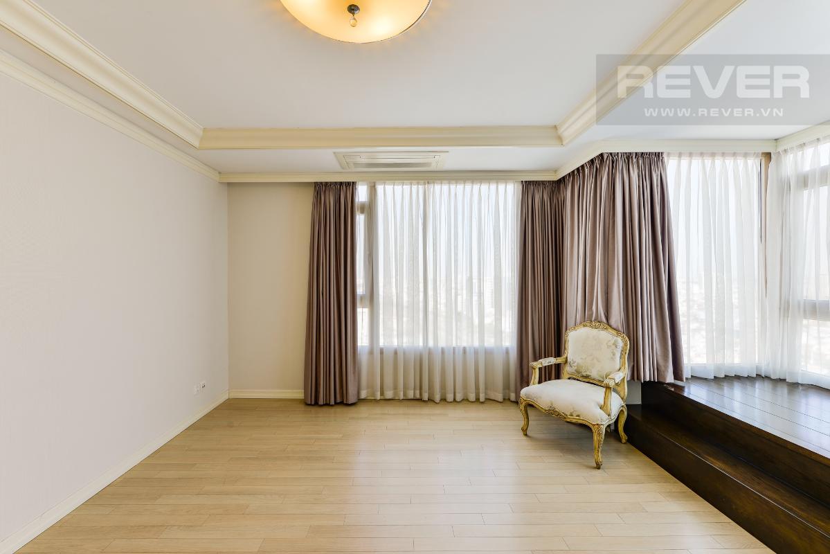 Phòng ngủ góc với một phần được thiết kế nâng sàn ở phòng ngủ góc Penthouse 2 tầng hướng Tây Bắc Cantavil Hoàn Cầu