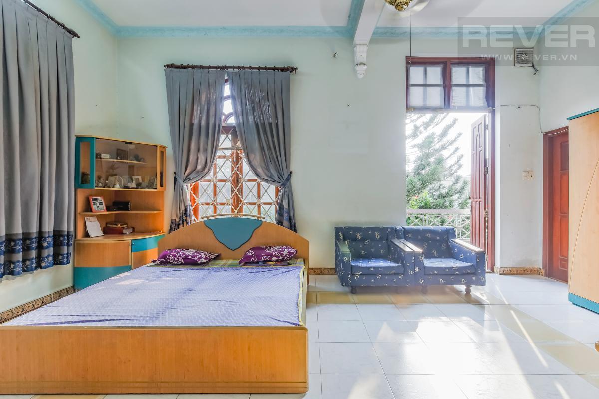 Phòng ngủ lớn với giường ngủ và ghế sofa Villa 3 tầng Đường số 12 Trần Não
