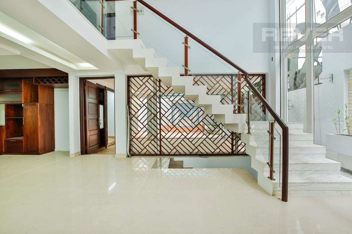Cầu thang dẫn lên tầng lửng Nhà 4 tầng Nguyễn Văn Hưởng
