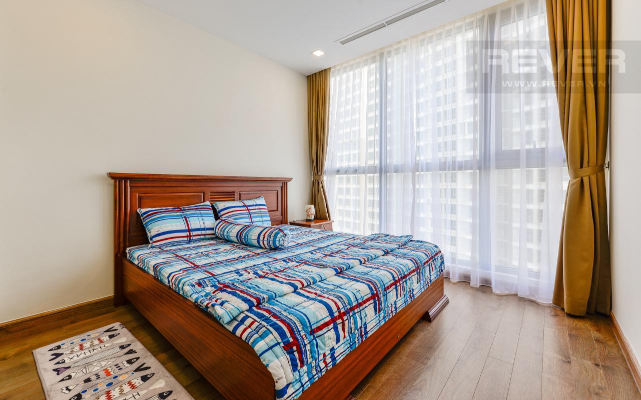 Phòng ngủ chính có mặt thoáng là những ô cửa kính lớn Căn hộ The Park tầng cao tháp P5, nhìn về sông Sài Gòn
