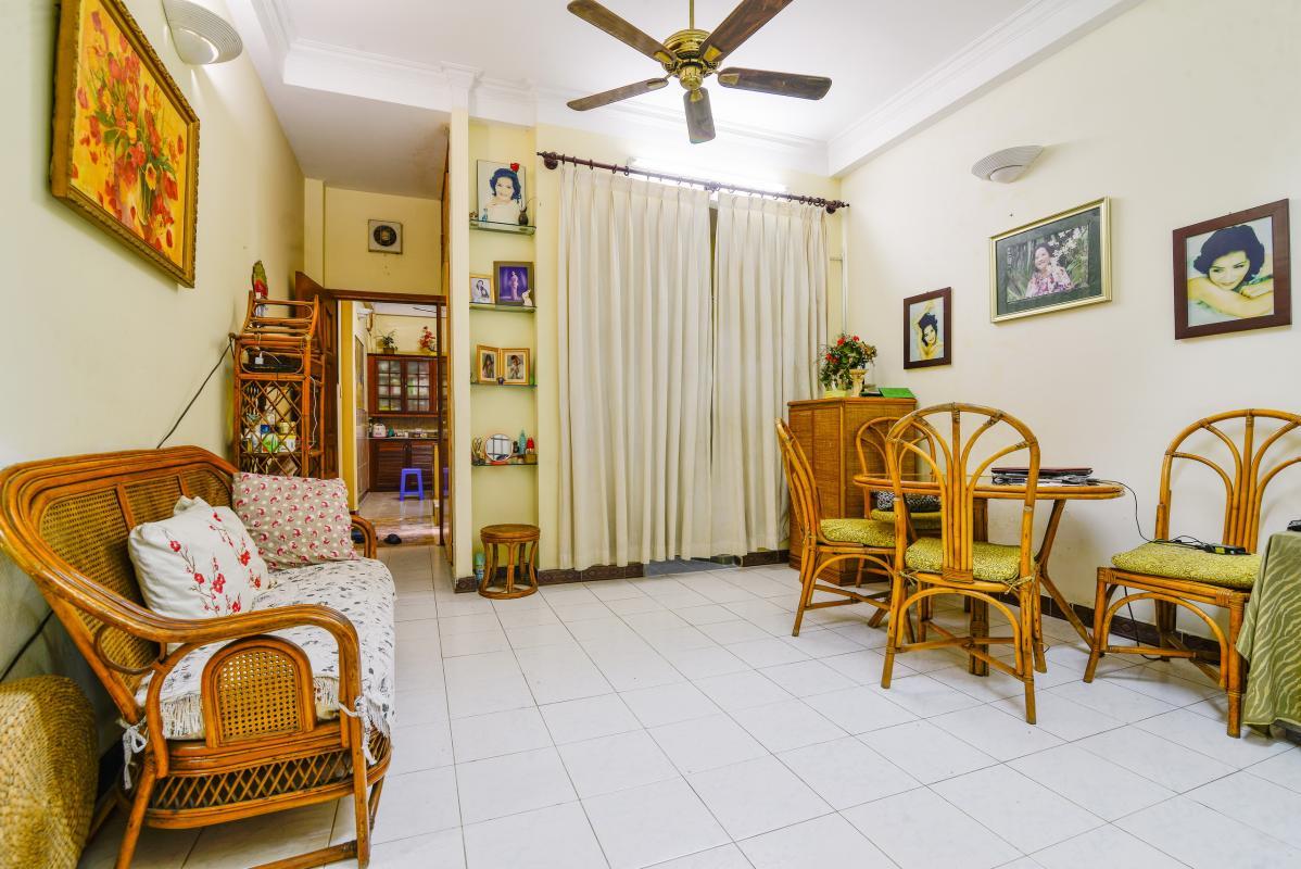 Phòng khách tầng trệt ấn tượng với nội thất may Nhà 4 tầng mặt tiền Pasteur