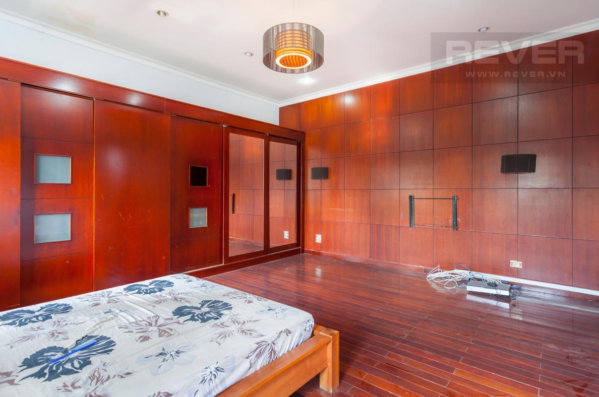 Phòng ngủ chính lót sàn gỗ Villa sân vườn hướng Tây Đại học Bách Khoa