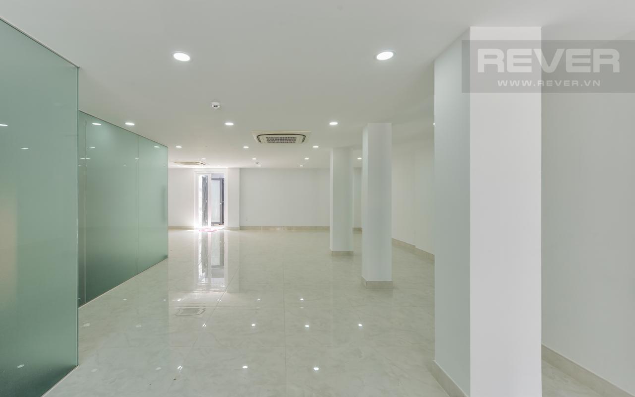 Tầng trệt để trống và cho thuê mặt bằng M & T Building cho thuê phòng đủ nội thất, nhiều diện tích sử dụng