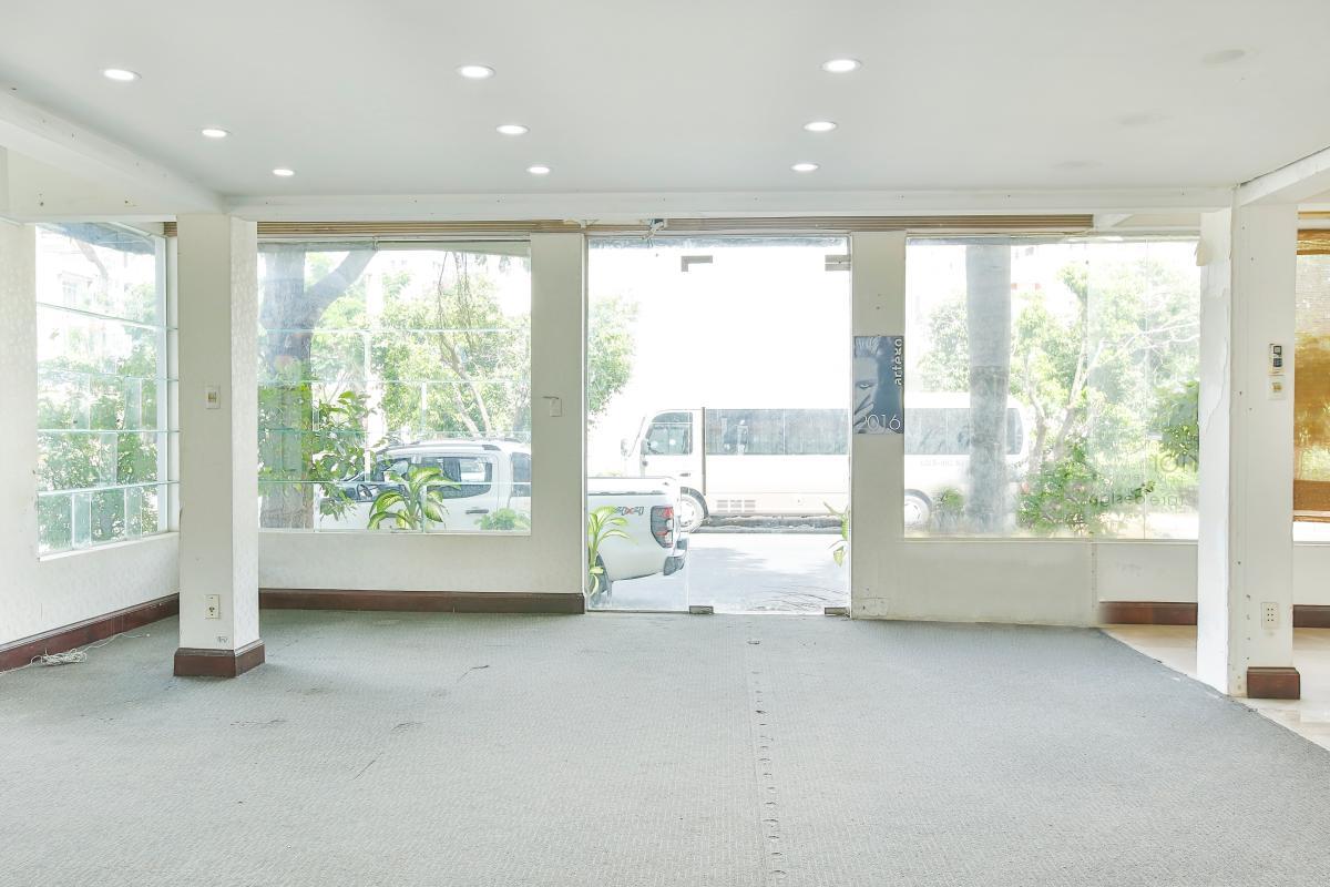 Tầng trệt sử dụng tường kính cao cấp Nhà 5 tầng mặt Hà Huy Tập quận 7