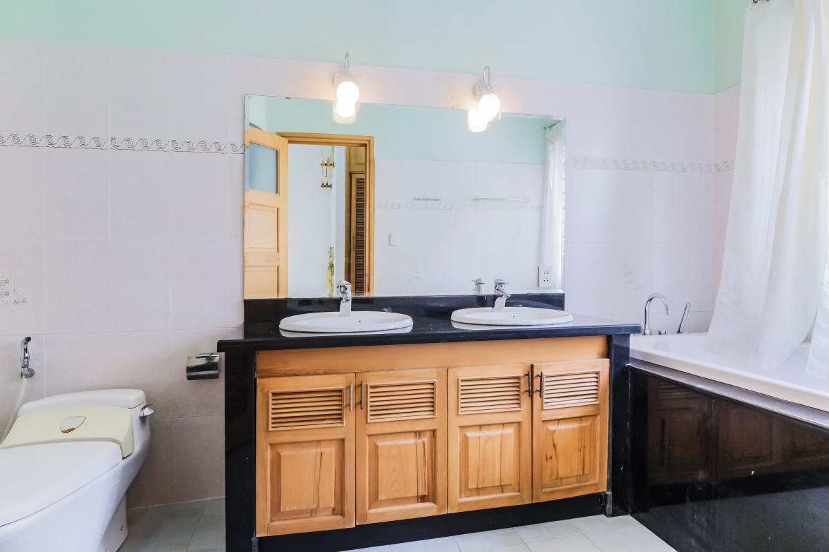 Phòng tắm 1 Nhà 3 tầng mặt tiền Phạm Cự Lượng Tân Bình