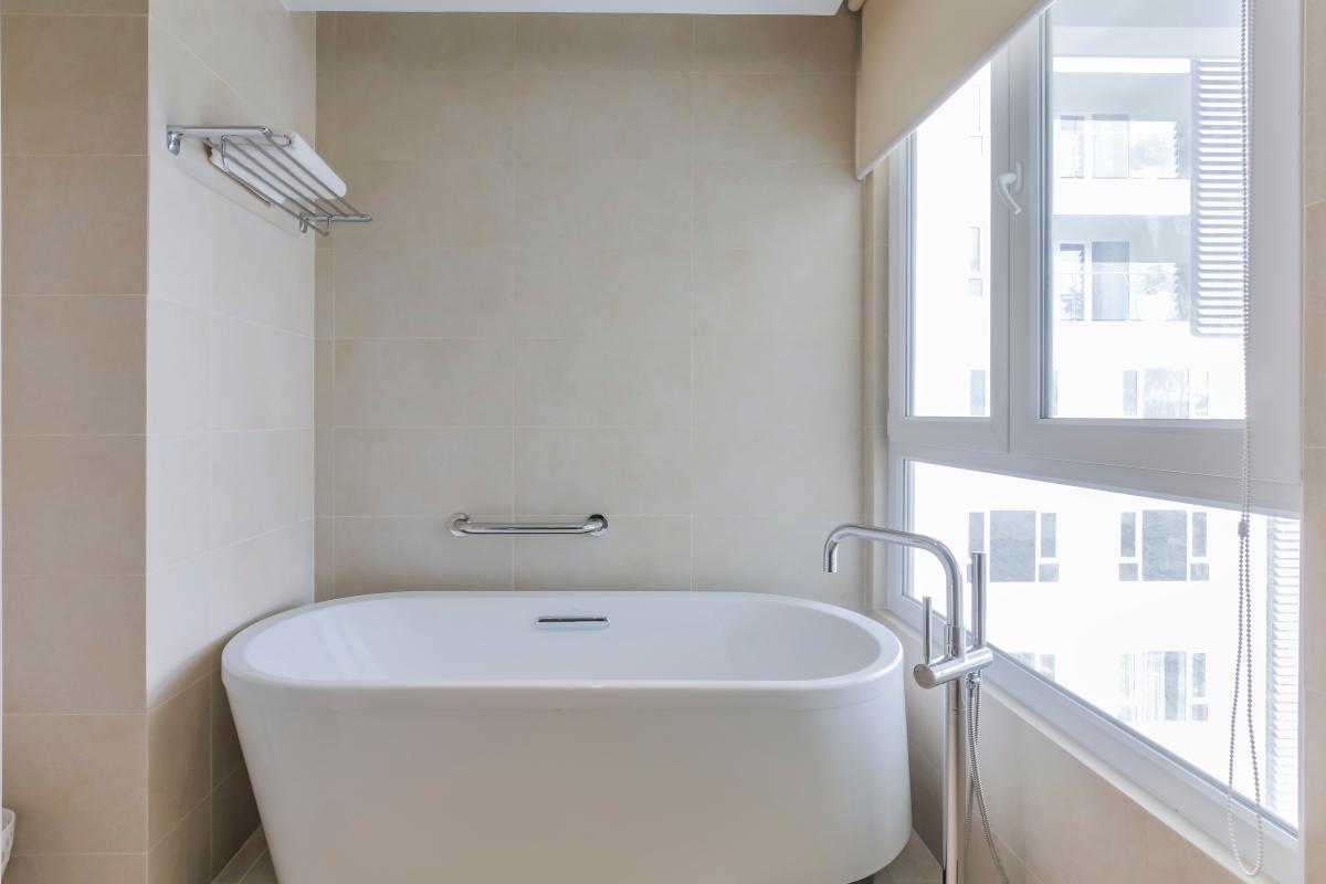 Bồn tắm ở phòng tắm chính Căn duplex trung tầng Tower 3 Brilliant Đảo Kim Cương