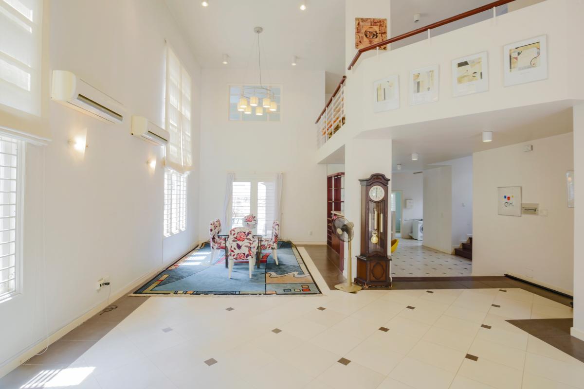 Khu tiếp khách ở tầng trệt. Villa sân vườn có hồ bơi Nguyễn Văn Hưởng