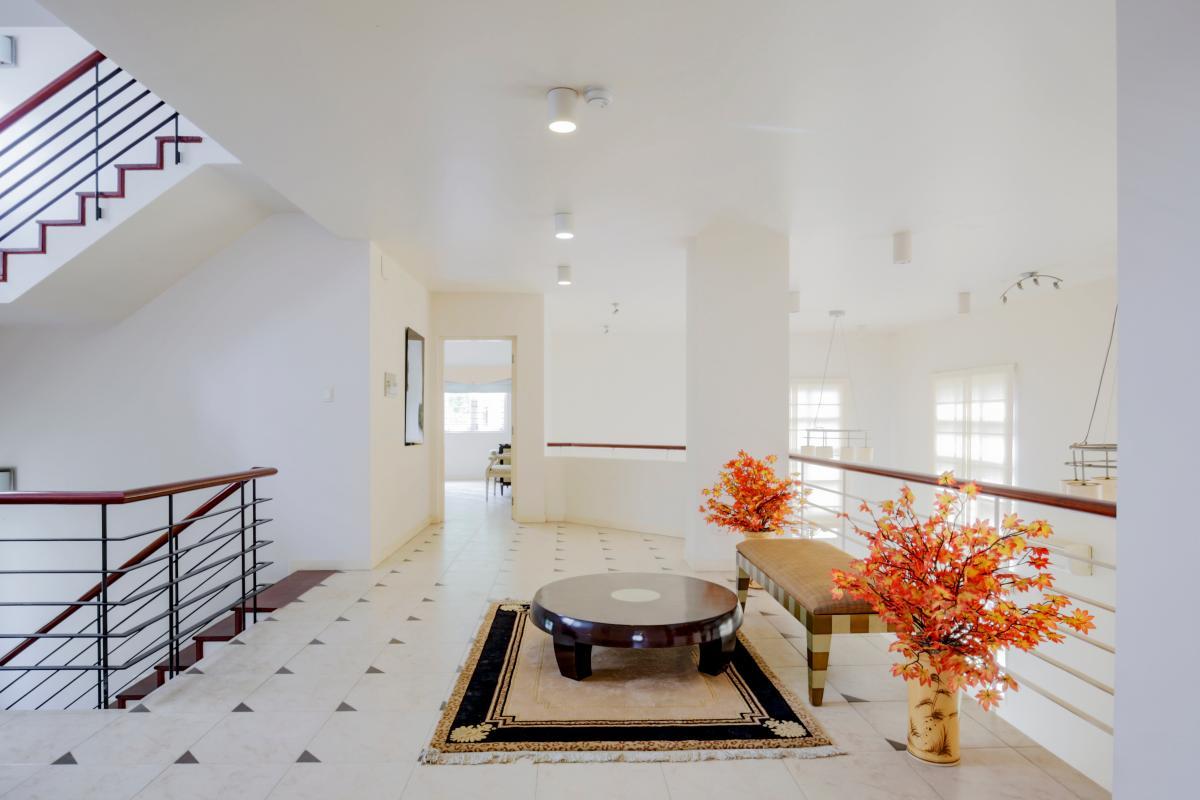 Khu vực tiếp khách ở tầng lầu Villa sân vườn có hồ bơi Nguyễn Văn Hưởng
