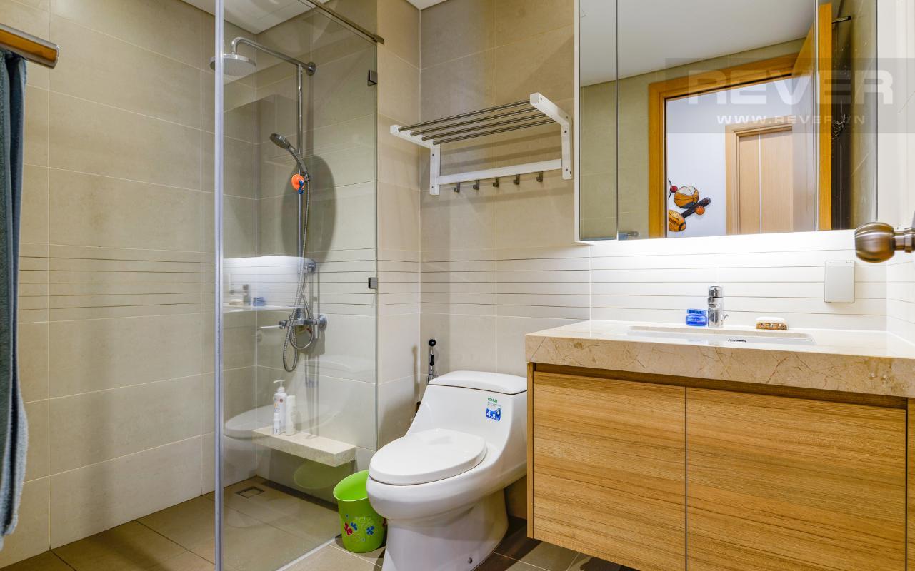 Phòng tắm 2 với buồng tắm đứng Căn hộ A1 Sarimi hai phòng ngủ, nhìn về trung tâm thành phố
