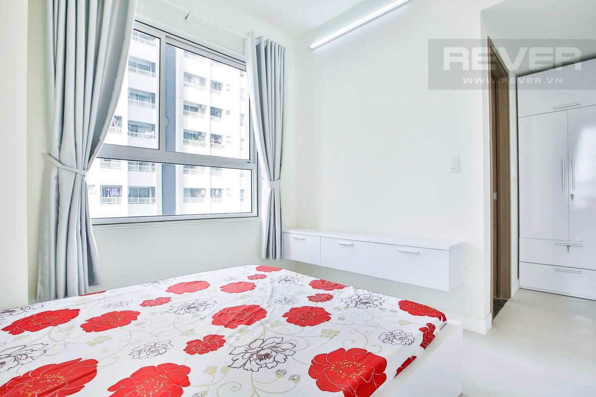 Phòng ngủ góc có kệ TV thiết kế treo gọn gàng Căn hộ hướng Bắc tầng cao LB Lexington Residence