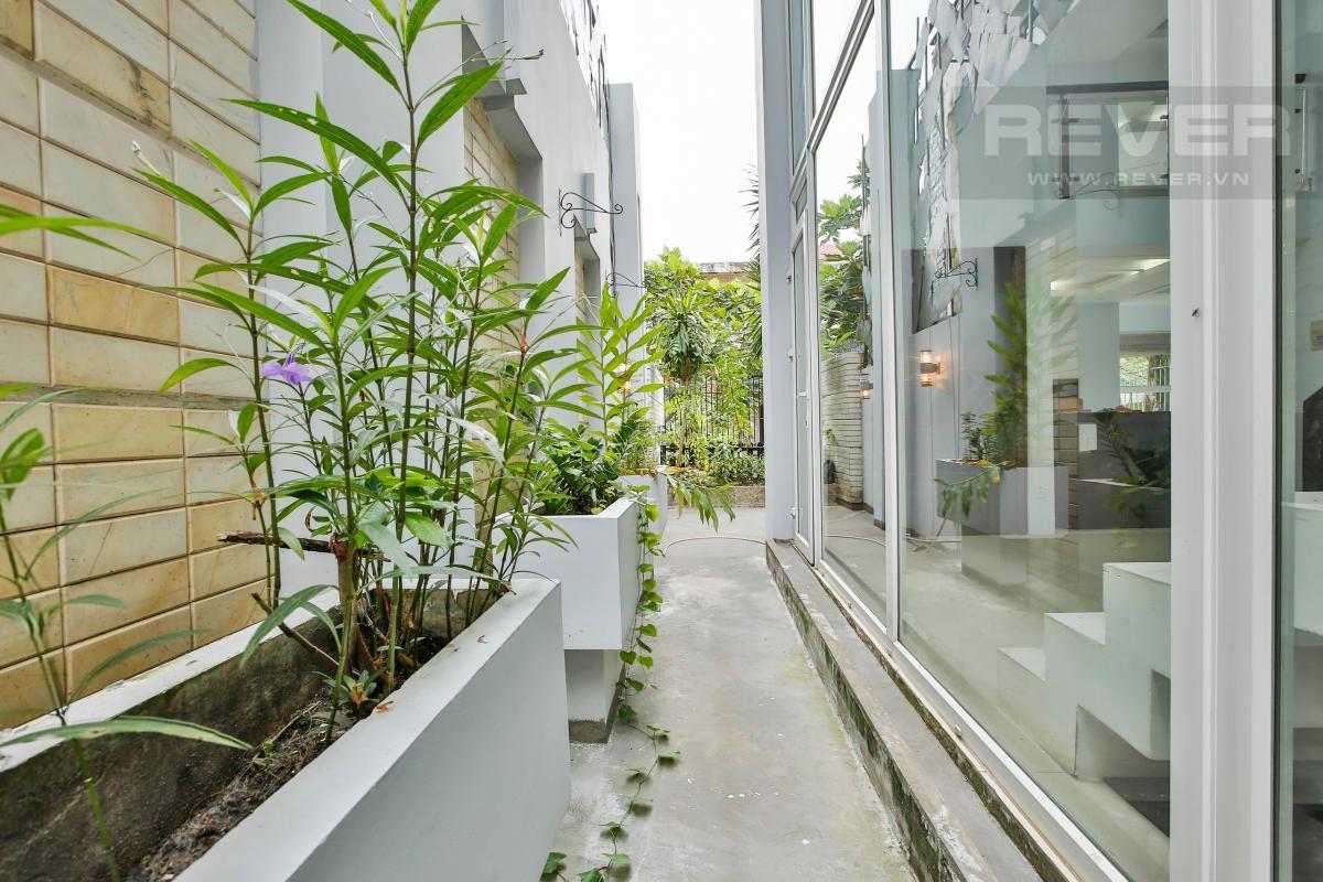 Hành lang bên hông căn hộ Nhà 4 tầng Nguyễn Văn Hưởng