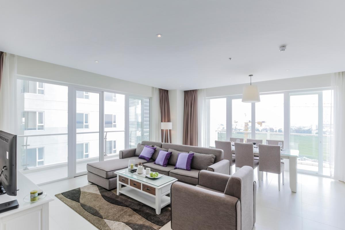 Phòng khách và bàn ăn ở vịt trí góc với 2 mặt view Căn duplex trung tầng Tower 3 Brilliant Đảo Kim Cương